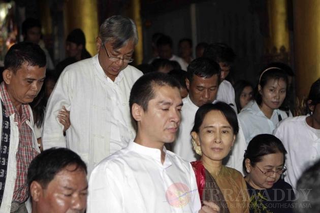 Burma pro-democracy leader Aung San Suu Kyi and her son Kim Aris visit the famous Shwedagon pagoda in Rangoon, Burma.