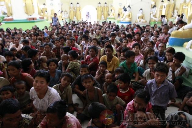 Pengungsi etnis Rakhine di sebuah vihara yang dijadikan penampungan sementara. Foto: The Irrawaddy (12/6/12)