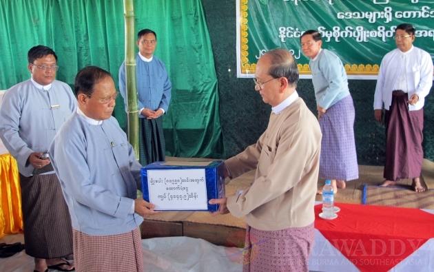 President U Thein sien visits Delta flood victims