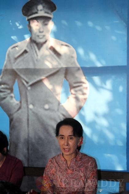 Daw suu Kyi visits Kaw Hmu