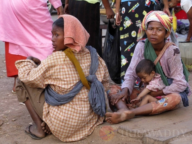 Women with children begging in Burma