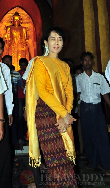 Aung San Suu kyi visits Anandar pagoda with her youngest son, Kim Aris