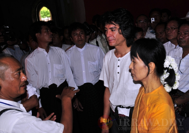 Aung San Suu kyi and son, Kim Aris visit Bagan