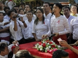 Burma pro-democracy leader Aung San Suu Kyi delivers her speech to crowd during visit the community.