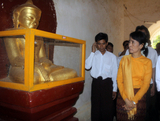 05-07-11 Aung San Suu kyi visits Bagan with her son, kim Aris