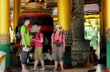 27-08-12 - PHOTO Jpaing tourists visit a temple in rangoon.