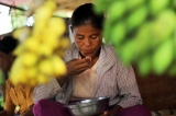 30-08-12 Poverty - PHOTO - Jpaing Woman eating rice