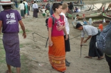 22-12-12 - PHOTO - Teza Hlaing A foreign tourist wearing traditional Burmese Longyi in Mandalay