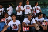 Migrant workers, supporters of Myanmar Foreign Minister and State Counselor Aung San Suu Kyi, arrive to meet her at the coastal fishery centre of Samut Sakhon, Thailand on June 23, 2016. ( Photo - JPaing / The Irrawaddy )